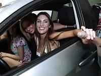 Mofos - grande orgia adolescente in una macchina