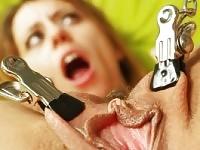 Böse Mann streckt ihre Frau Löcher