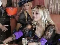 Partie de sexe hardcore avec babes lesbiennes attrayants