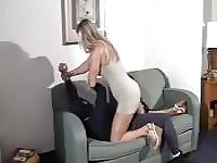 Blonde Sexbombe dominiert ein Dieb
