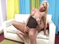 Travesti blonde aux gros seins chevauche une grosse bite à l'intérieur