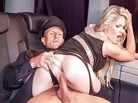 Ceca slut Claudia Macc equitazione cazzo in un vancar