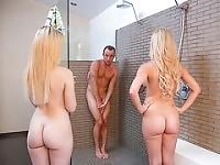 Guy être surpris dans la douche par Lucy Tyler et Cherie Deville