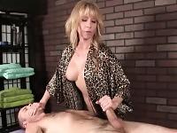 Massaggiatrice bionda giocherellona espone le sue grandi tette e latti un lungo cazzo