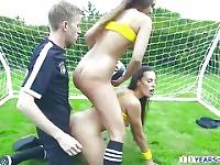 Bubble booty football babes gets anal ravagé dans le domaine