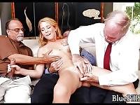 Jolie rousse invitée à une fête du citron