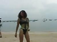Belle africane lesbiche mostrano sulla spiaggia