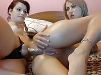Elle laisse son amie lesbienne baise son droit dans le cul