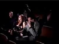 MMF dans un cinéma sombre