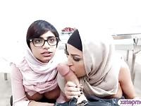 Donne arabe ha condiviso un duro uomo di carne e li scopati entrambi