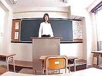 Aya Sakurai met la crème sur la fente dans la salle de classe