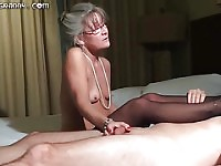 Belle grand-maman aux cheveux grise donne un footjob