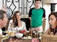 Lusty MILF Kendra Lust si intrufola e scopa con figlie bf