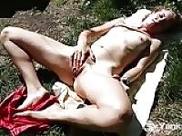 Slim Kara se masturber en plein air