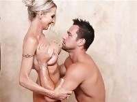 Blonde MILF douche baisée jeune coq