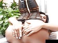 Shemale Vergine sta prendendo un dildo da pulcino