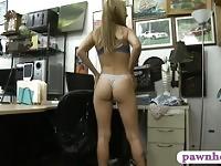 Femme serrée forée par dude horny pion au prêteur sur gages