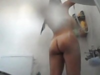 Mia sorella di passaggio con linee di abbronzatura spiata sotto la doccia