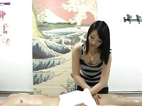 Client de tiraillement et de suceuse asiatique masseuse