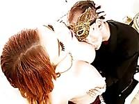 Shemale Aspen Brooks bénéficie d'un coq sucer et baiser un mec