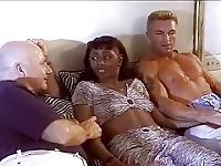 Horny Black femme Mme J Howard baise deux goujons blancs