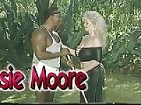 Grande Boobed Biker Chessie Moore arato dal tuttofare (classe)