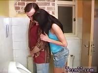 PYT et ami teen interracial Debbie teen noire fourré dans des toilettes publiques