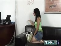 Kinky brunette suce au bureau