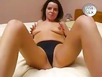 Genese masturba suo marito finché egli creme sulle sue tette