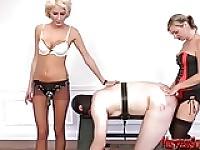 Due donne dominanti amanti cazzo schiavo maschio associato e sculacciare