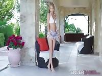 Superbe blonde babe Nancy aime avoir du plaisir solo en plein air