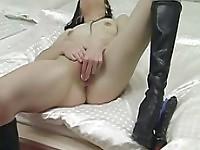 Brune aux petits seins tombe la culotte et se masturbe sur la caméra