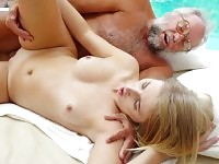 Bombasse blonde russe Aria Logan donne un massage à un grand-père