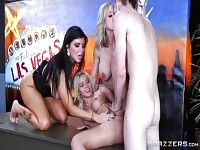 Video sex blonde mettant en vedette Danny D, Monique Alexander et Romi Rain.